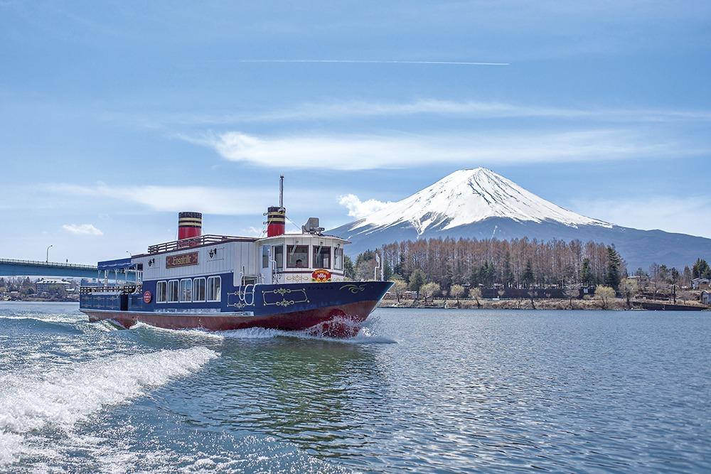 berkeliling di kawaguchiko lake di jepang dengan boat