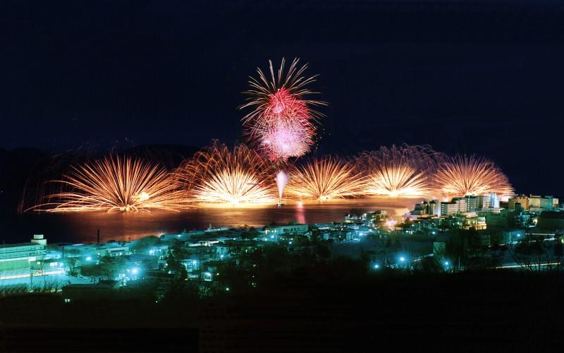 festival kembang api di danau toya di hokkaido