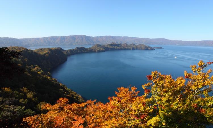 towada lake musim gugur di aomori jepang
